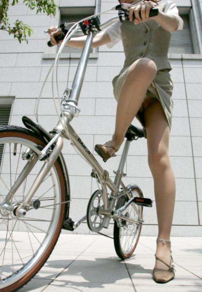 【パンチラエロ画像】前が駄目なら後ろの捲れ上げを!見逃せない自転車パンチラwww 06