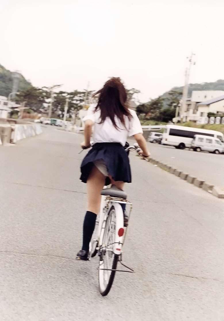 【パンチラエロ画像】前が駄目なら後ろの捲れ上げを!見逃せない自転車パンチラwww 09