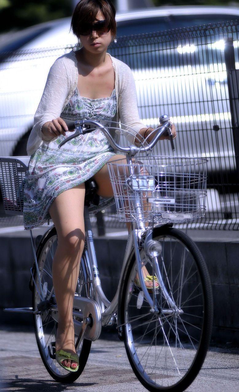 【パンチラエロ画像】前が駄目なら後ろの捲れ上げを!見逃せない自転車パンチラwww 12