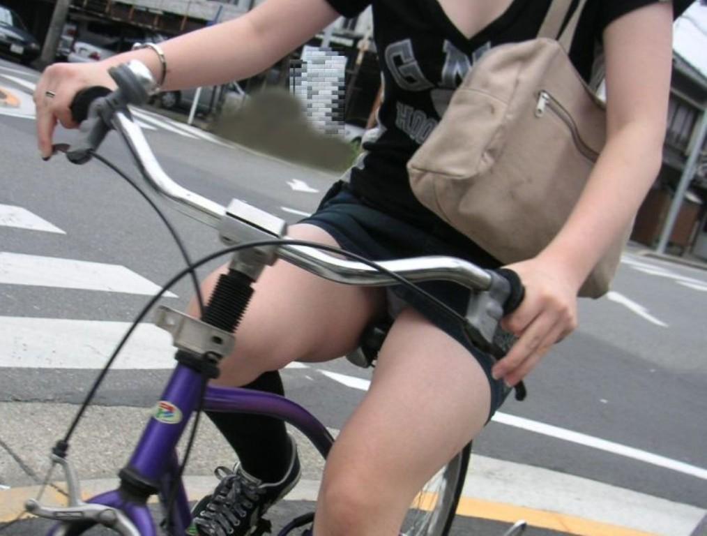 【パンチラエロ画像】前が駄目なら後ろの捲れ上げを!見逃せない自転車パンチラwww 13