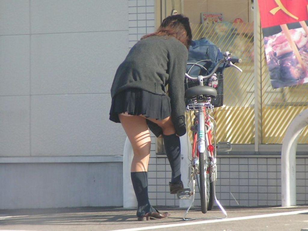 【パンチラエロ画像】前が駄目なら後ろの捲れ上げを!見逃せない自転車パンチラwww 17