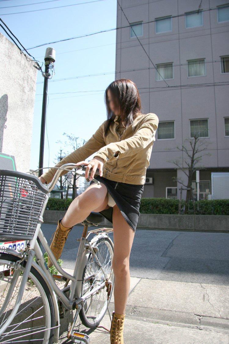 【パンチラエロ画像】前が駄目なら後ろの捲れ上げを!見逃せない自転車パンチラwww 21
