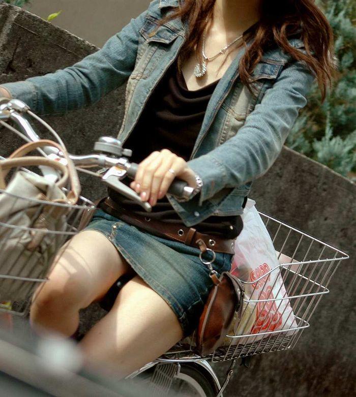 【パンチラエロ画像】前が駄目なら後ろの捲れ上げを!見逃せない自転車パンチラwww 23