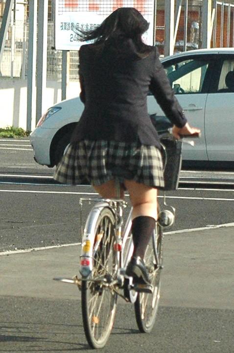【パンチラエロ画像】前が駄目なら後ろの捲れ上げを!見逃せない自転車パンチラwww 25