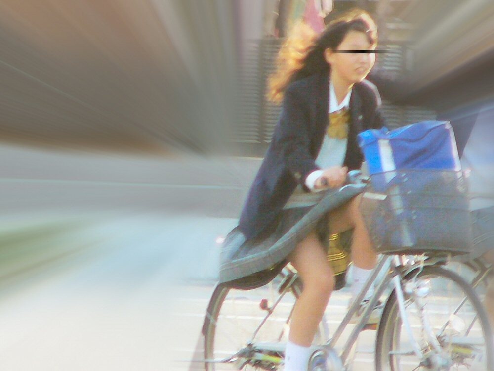 【パンチラエロ画像】前が駄目なら後ろの捲れ上げを!見逃せない自転車パンチラwww 27