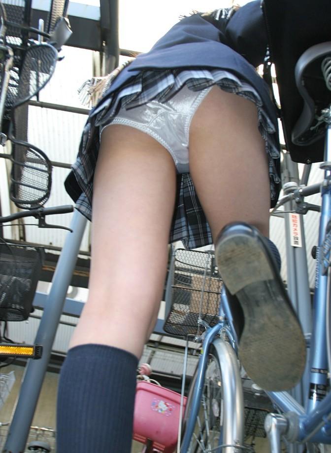 【パンチラエロ画像】前が駄目なら後ろの捲れ上げを!見逃せない自転車パンチラwww 29