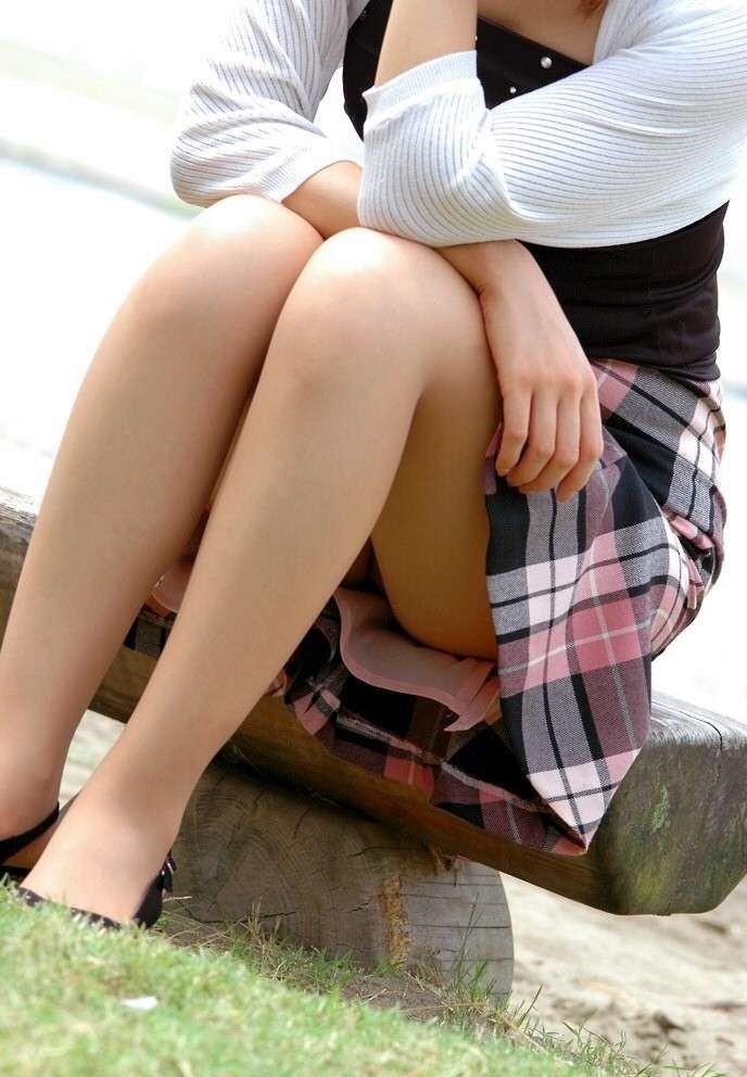 【美尻エロ画像】下着見えない!まさか…はいてないと勝手に妄想させる座り娘www 27