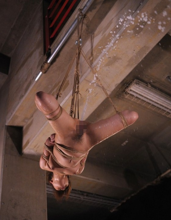 【SMエロ画像】後始末は誰がやれば…ケツから派手に噴射中の浣腸M女たちwww 13