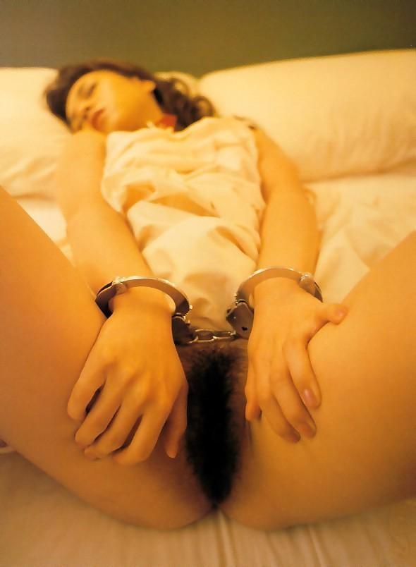 【拘束エロ画像】絶対に抜け出せない…手錠で動きを封じられて責め待ち中www 05