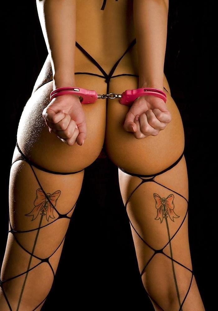 【拘束エロ画像】絶対に抜け出せない…手錠で動きを封じられて責め待ち中www 25