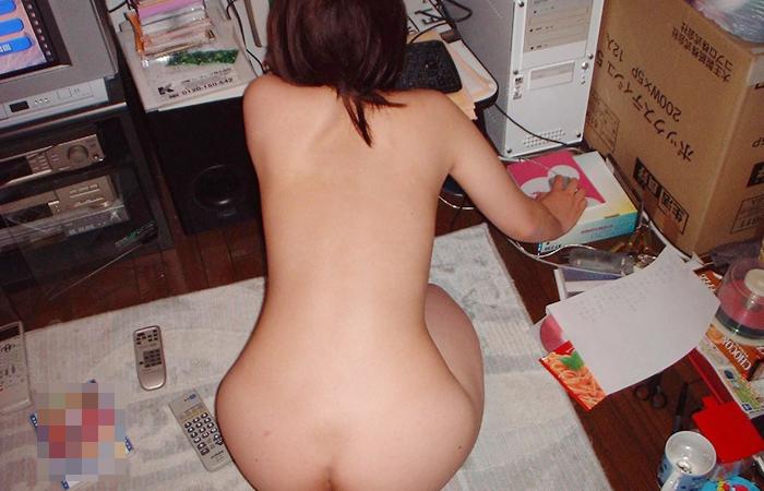 【家庭内エロ画像】このまま自慰に直結の予感wPC前で裸待機する女子の日常www 001
