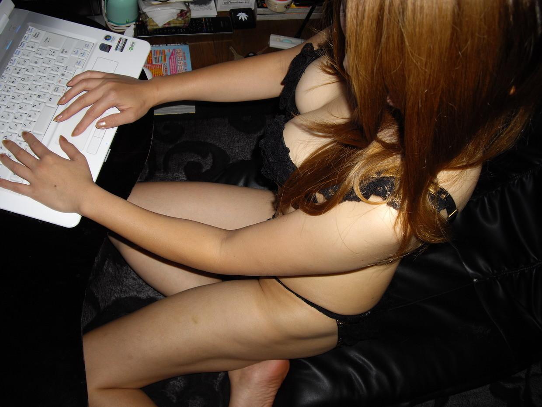 【家庭内エロ画像】このまま自慰に直結の予感wPC前で裸待機する女子の日常www 05