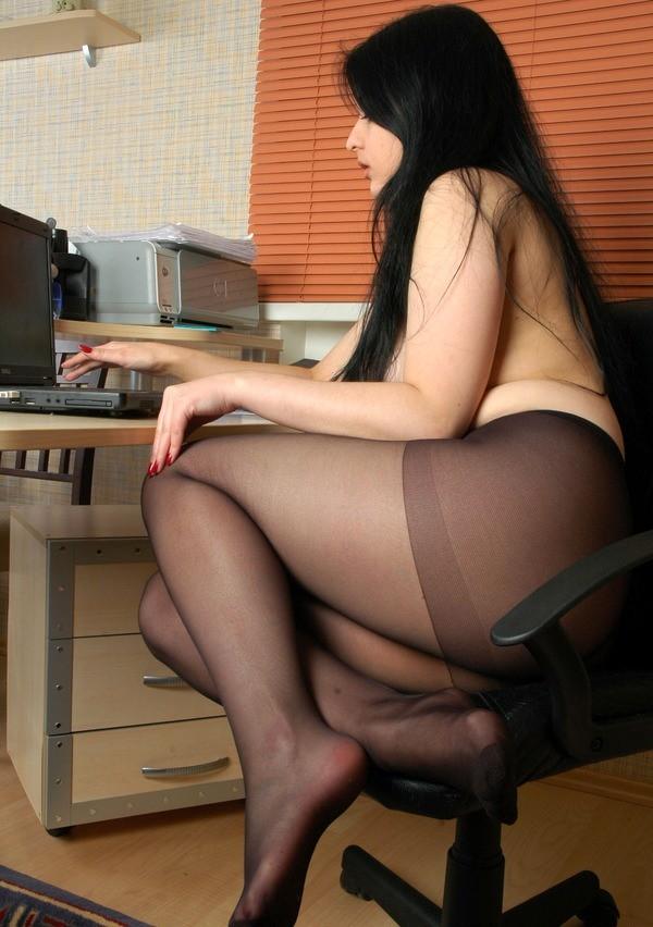 【家庭内エロ画像】このまま自慰に直結の予感wPC前で裸待機する女子の日常www 08