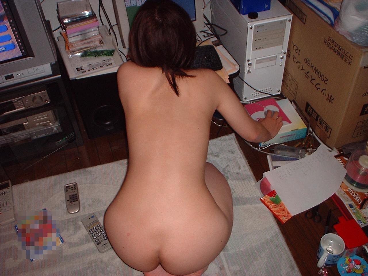 【家庭内エロ画像】このまま自慰に直結の予感wPC前で裸待機する女子の日常www 14