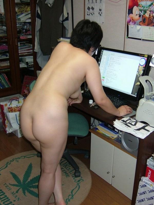【家庭内エロ画像】このまま自慰に直結の予感wPC前で裸待機する女子の日常www 17