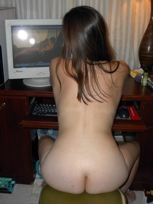 【家庭内エロ画像】このまま自慰に直結の予感wPC前で裸待機する女子の日常www 20