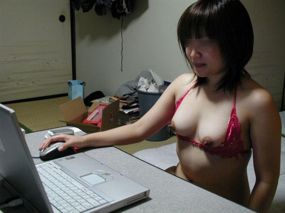 【家庭内エロ画像】このまま自慰に直結の予感wPC前で裸待機する女子の日常www 21
