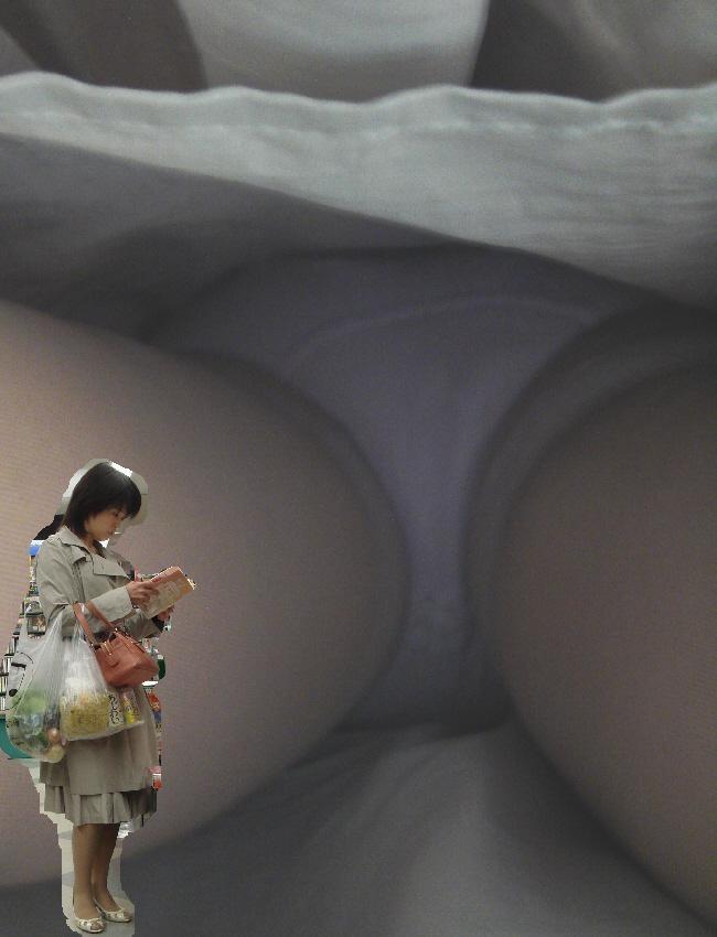 【パンチラエロ画像】至近距離なら蒸れも期待w生々しさが大事な逆さ撮りwww 10
