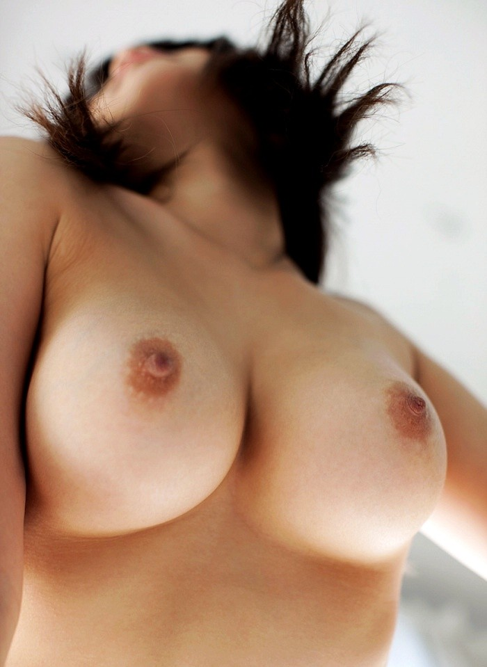 【乳アングルエロ画像】愛で乳が落ちてくるw絶景かな見上げおっぱいwww 24