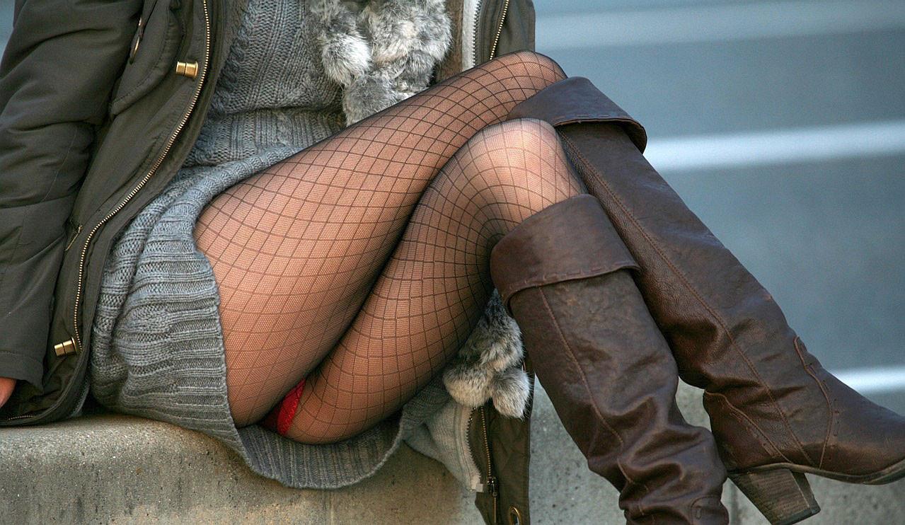 【美脚エロ画像】ムチムチ下半身に超似合うw卑猥さ引き立つ網タイツ姿の美脚www 01