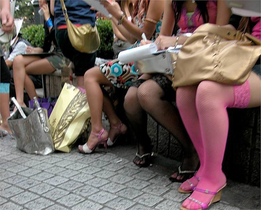【美脚エロ画像】ムチムチ下半身に超似合うw卑猥さ引き立つ網タイツ姿の美脚www 06