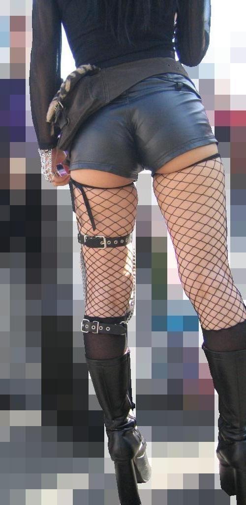【美脚エロ画像】ムチムチ下半身に超似合うw卑猥さ引き立つ網タイツ姿の美脚www 08