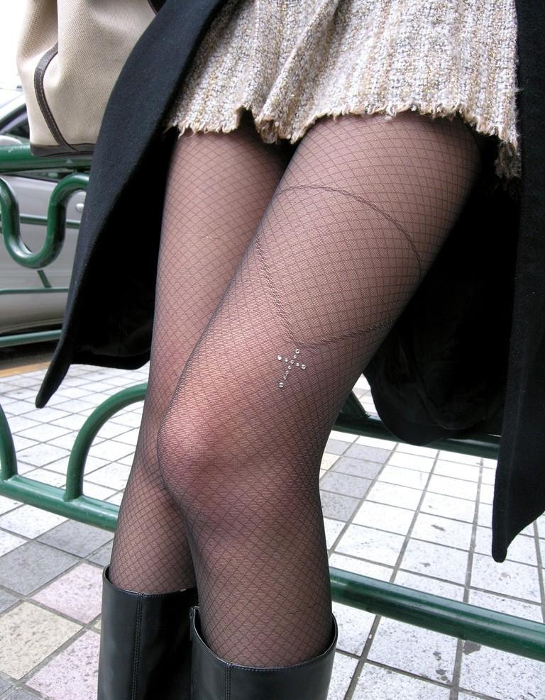 【美脚エロ画像】ムチムチ下半身に超似合うw卑猥さ引き立つ網タイツ姿の美脚www 10