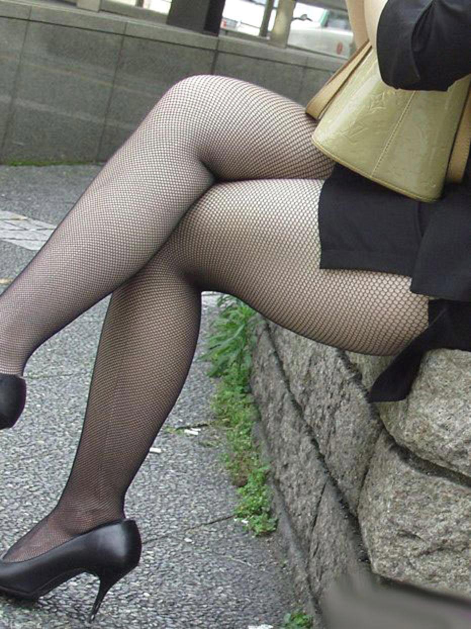 【美脚エロ画像】ムチムチ下半身に超似合うw卑猥さ引き立つ網タイツ姿の美脚www 21