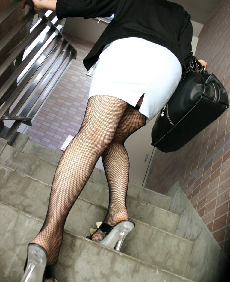 【美脚エロ画像】ムチムチ下半身に超似合うw卑猥さ引き立つ網タイツ姿の美脚www 22