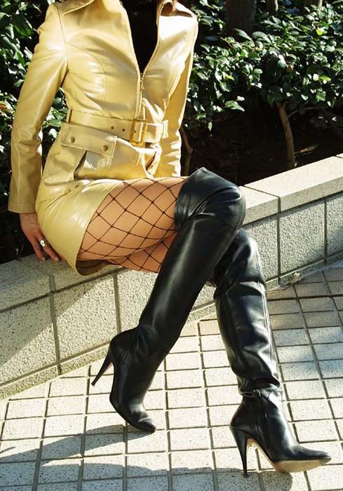 【美脚エロ画像】ムチムチ下半身に超似合うw卑猥さ引き立つ網タイツ姿の美脚www 25