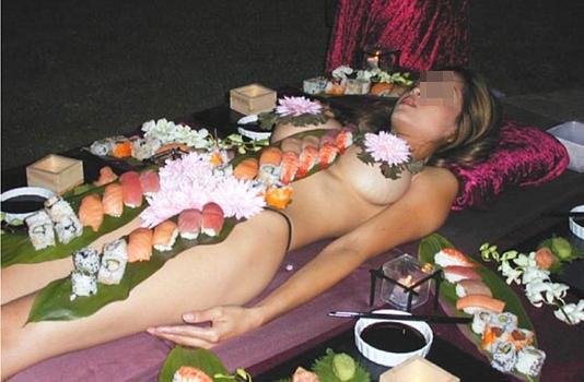 【女体盛りエロ画像】もれなく塩味つきw完食後が楽しみな女体盛りパーティーwww 01