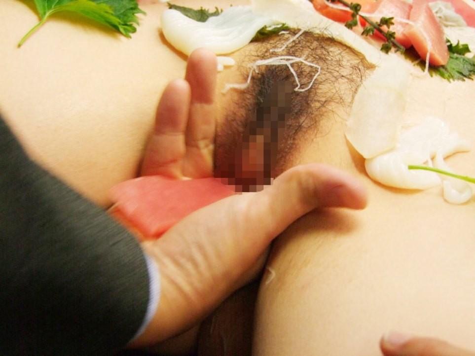 【女体盛りエロ画像】もれなく塩味つきw完食後が楽しみな女体盛りパーティーwww 07