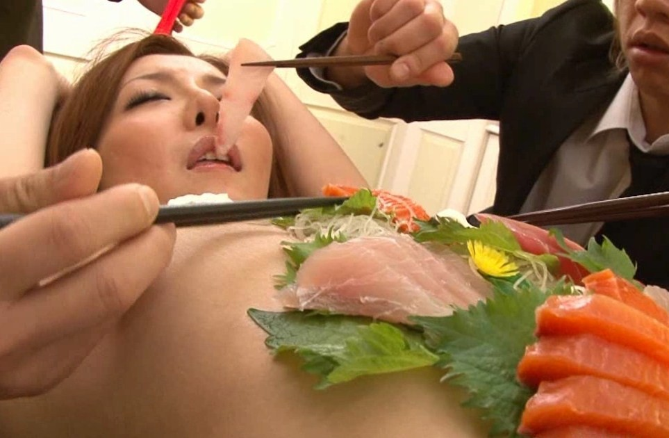 【女体盛りエロ画像】もれなく塩味つきw完食後が楽しみな女体盛りパーティーwww 09