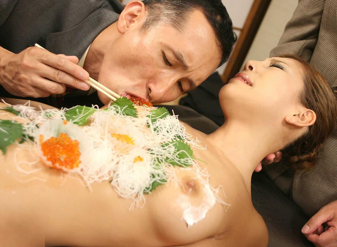 【女体盛りエロ画像】もれなく塩味つきw完食後が楽しみな女体盛りパーティーwww 13