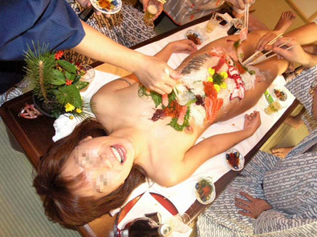【女体盛りエロ画像】もれなく塩味つきw完食後が楽しみな女体盛りパーティーwww 17