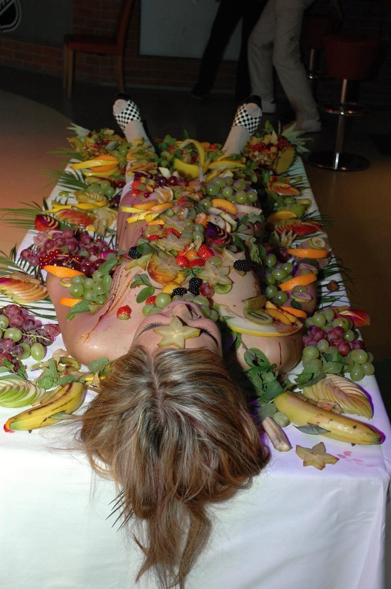 【女体盛りエロ画像】もれなく塩味つきw完食後が楽しみな女体盛りパーティーwww 20