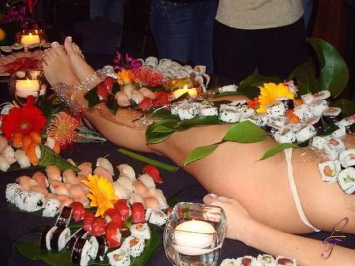 【女体盛りエロ画像】もれなく塩味つきw完食後が楽しみな女体盛りパーティーwww 21
