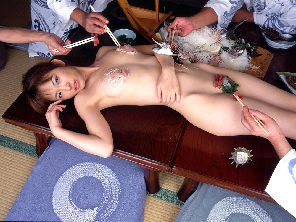 【女体盛りエロ画像】もれなく塩味つきw完食後が楽しみな女体盛りパーティーwww 23