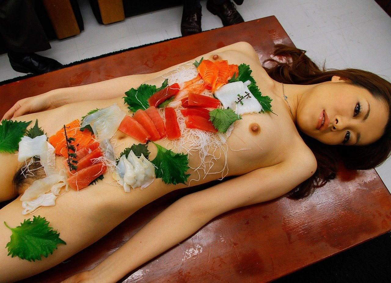 【女体盛りエロ画像】もれなく塩味つきw完食後が楽しみな女体盛りパーティーwww 26