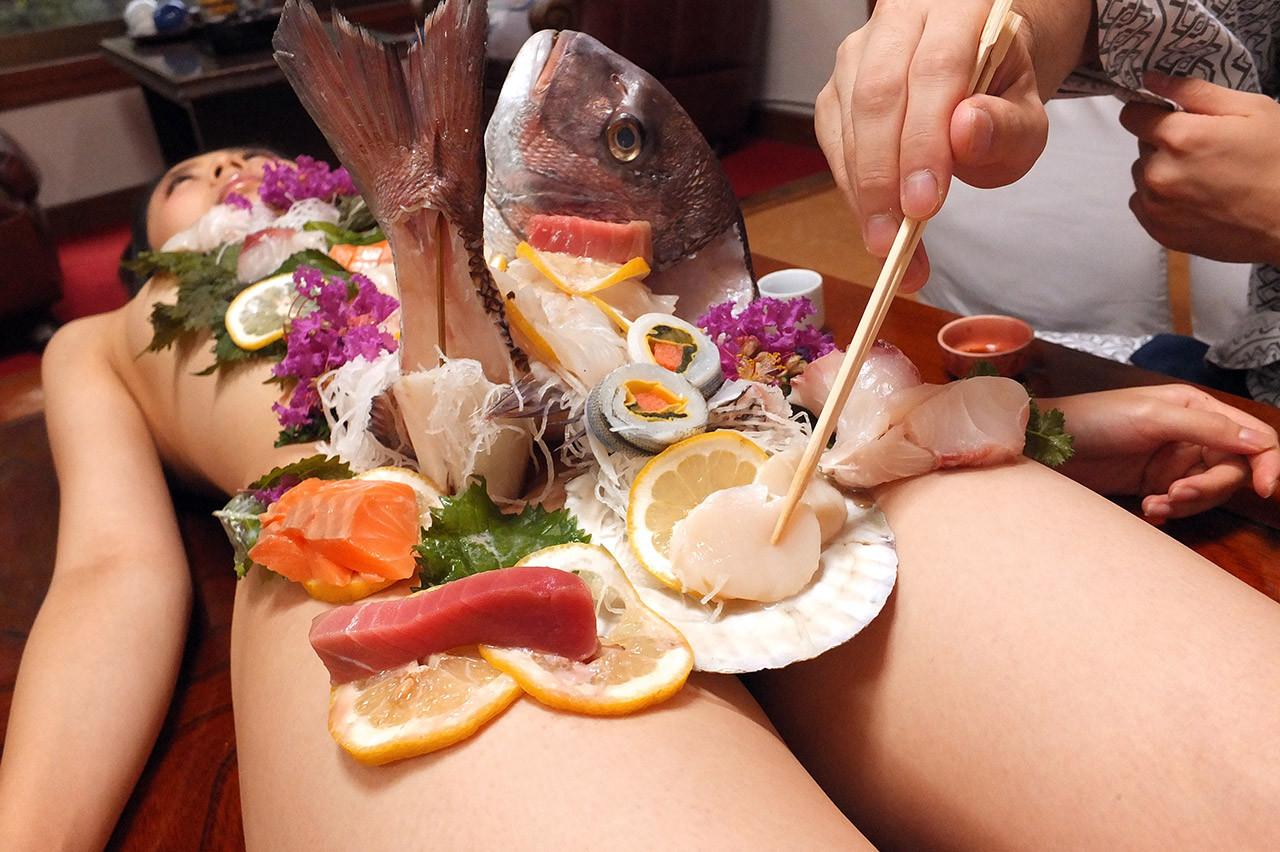 【女体盛りエロ画像】もれなく塩味つきw完食後が楽しみな女体盛りパーティーwww 27
