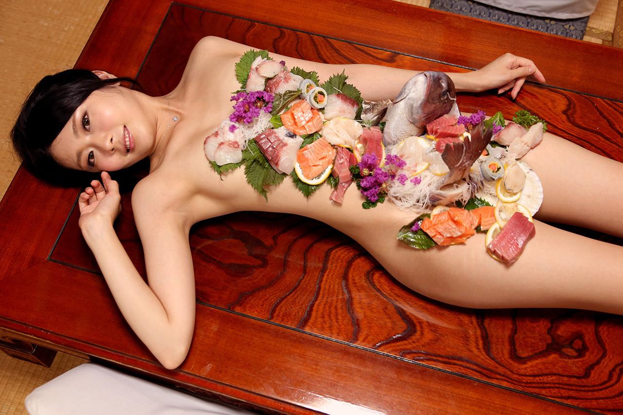 【女体盛りエロ画像】もれなく塩味つきw完食後が楽しみな女体盛りパーティーwww 28