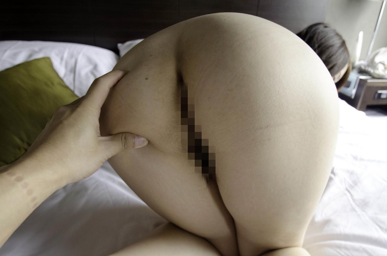 【美尻エロ画像】無意識のうちに弄るものw乳に匹敵する心地よさの尻揉みwww 12
