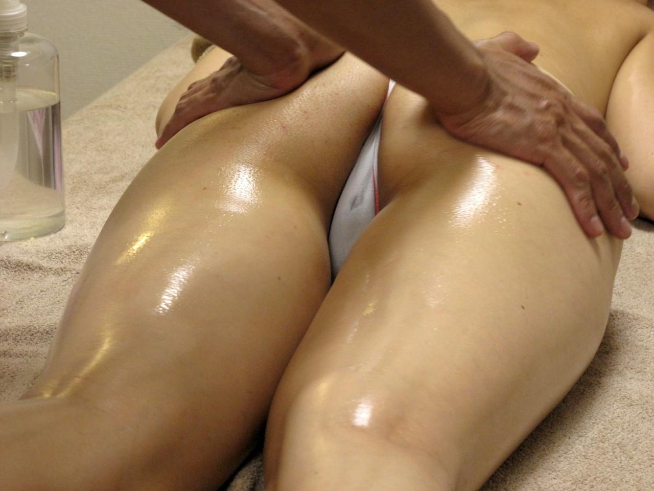 【美尻エロ画像】無意識のうちに弄るものw乳に匹敵する心地よさの尻揉みwww 15