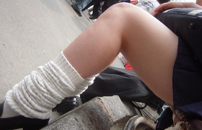 【美脚微エロ画像】若いムッチリ美脚が際立つwコギャル以外も履くルーズソックスwww 001