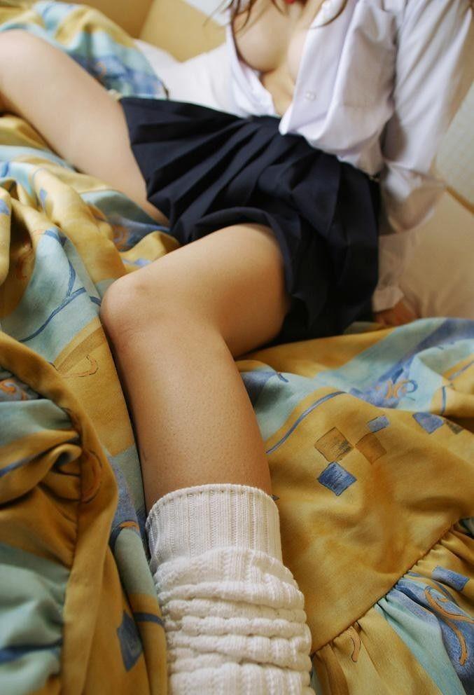 【美脚微エロ画像】若いムッチリ美脚が際立つwコギャル以外も履くルーズソックスwww 03