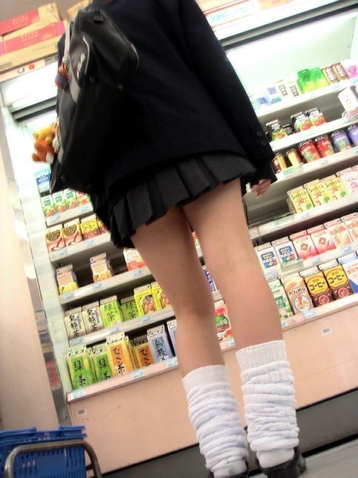 【美脚微エロ画像】若いムッチリ美脚が際立つwコギャル以外も履くルーズソックスwww 18