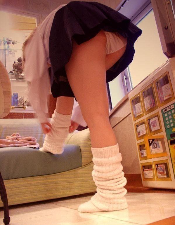 【美脚微エロ画像】若いムッチリ美脚が際立つwコギャル以外も履くルーズソックスwww 19