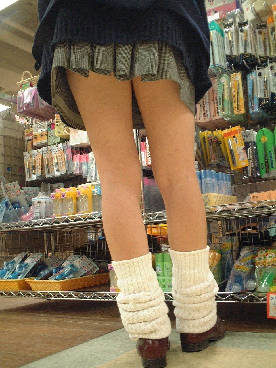 【美脚微エロ画像】若いムッチリ美脚が際立つwコギャル以外も履くルーズソックスwww 23