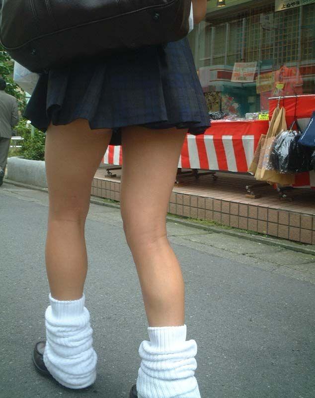 【美脚微エロ画像】若いムッチリ美脚が際立つwコギャル以外も履くルーズソックスwww 24