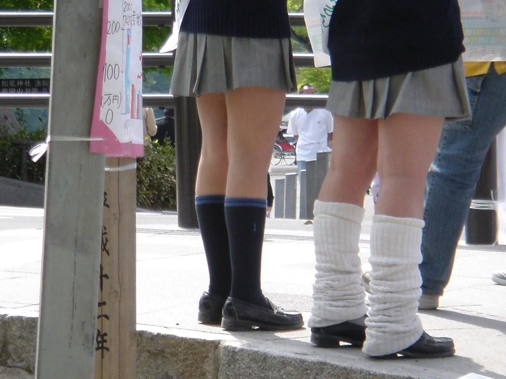 【美脚微エロ画像】若いムッチリ美脚が際立つwコギャル以外も履くルーズソックスwww 26